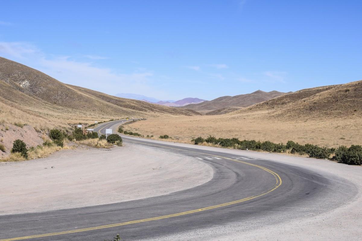 Roadtrip along Cuesta del Obispo in Argentina